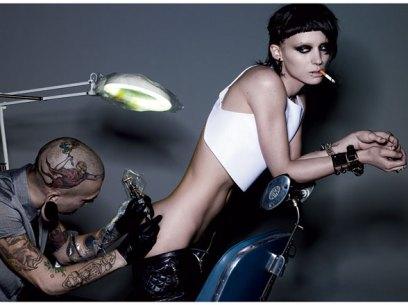 La nueva Salander: tatuajes, piercings, corto de cabello extremo y cejas decoloradas