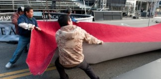 Trabajadores tienden alfombra roja del Oscar (insertar comentario social aquí)