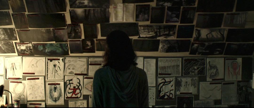Los dibujos en la pared, en la película Slender Man, recuerdan al caso real