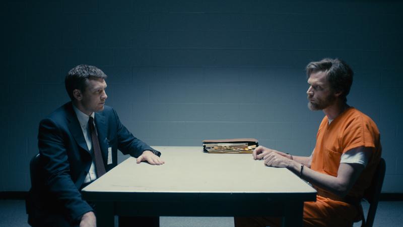 Sam Worthington como el agente Jim Fitzgerald y Paul Bettany como Ted Kaczynski, el UNABomber