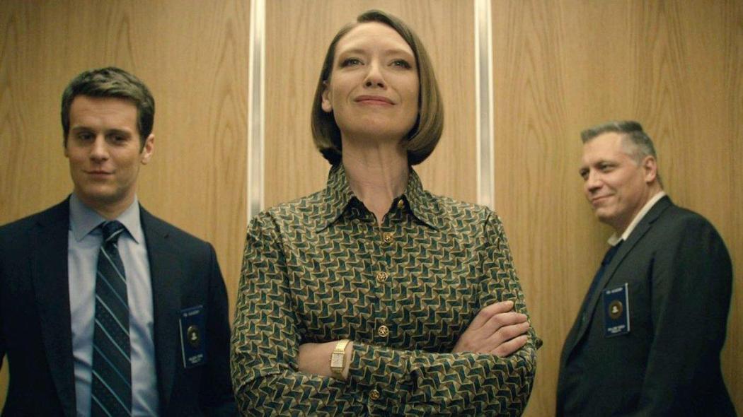 Jonathan Groff como Holden Ford (John E. Douglas); Anna Torv como Wendy, psicóloga; basada en la Dra. Ann Wolbert Burgess, y Holt McCallany como Bill Tench (basado en Robert K. Ressler.)