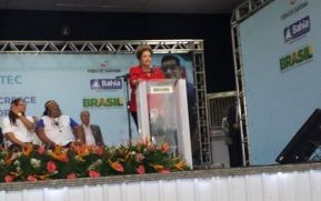 Em Feira de Santana, Dilma elogiou o esforço dos estudantes do Pronatec ao participar da formatura de 1400 alunos do projeto no município.
