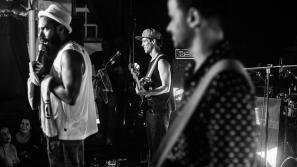 A banda BaianaSystem é formada Roberto Barreto (guitarra baiana), Russo Passapusso (voz) e SecoBass (baixo) e alguns convidados especiais. (Foto: Reprodução/Facebook)