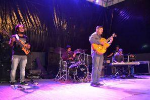 A apresentação do guitarrista Rony Santini & Trio animou o público do Natal Encantado 2015 no estacionamento da Prefeitura, na noite deste domingo, 20. (Foto: Secom PMFS)