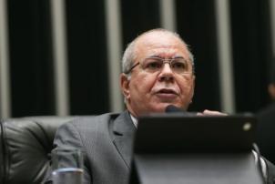 O deputado Hildo Rocha (PMDB-MA) lê parecer do Conselho de Ética que recomenda a cassação de Cunha. (Foto: Antônio Cruz/ Agência Brasil)