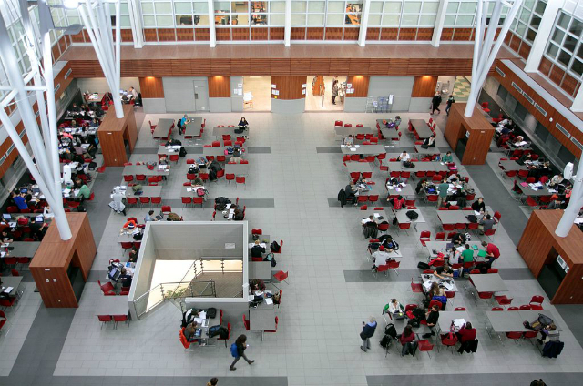 Pátio interno, Pavillon Alexandre-Vachon, Université Laval | Foto: Cephas via Wikimedia Commons