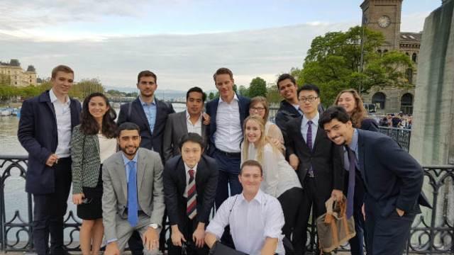 Trabalhar no exterior | Carolina Fracaro com seus colegas em Zurich | Foto: Carolina Fracaro