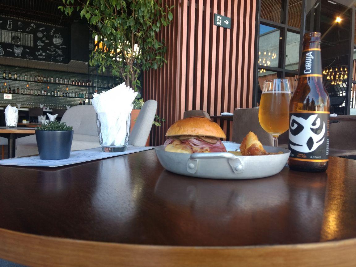 Restaurante oferece cerveja de cortesia com hambúrguer