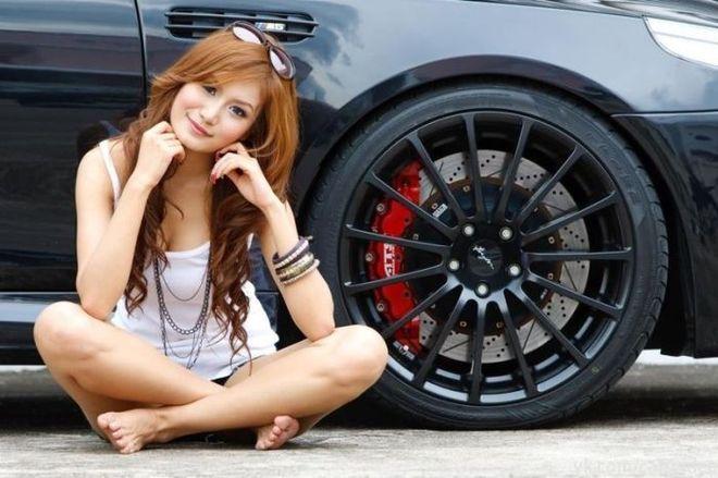 Mujeres muy guapas en coches potentes