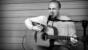 Marcello Ubertone con chitarra