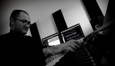 Marco Pollice al pianoforte in studio