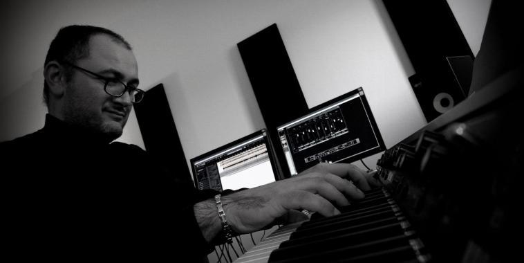 Marco Pollice al pianoforte in studio