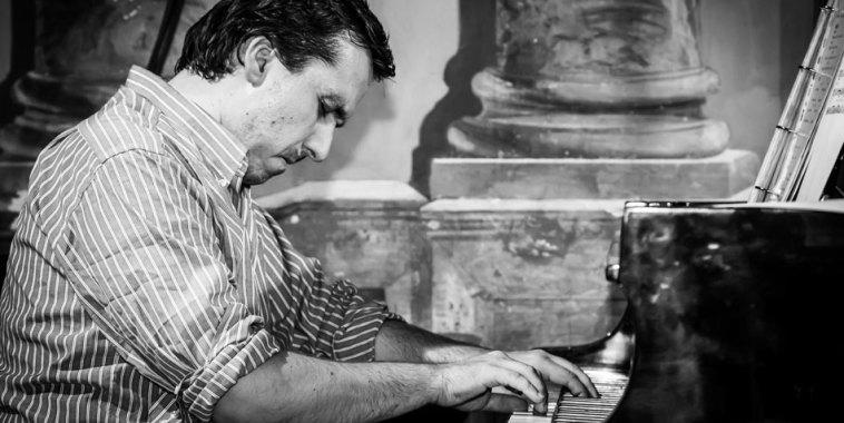 Paolo Lazzarini mentre suona il pianoforte