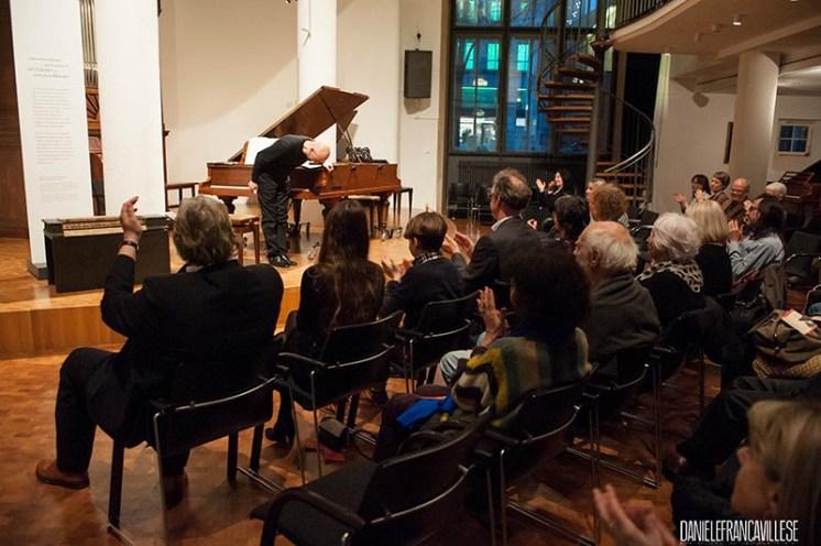 Francesco Prode mentre riceve gli applausi del pubblico a ItalienMusiziert, Stoccarda