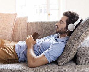 ragazzo ascoltare musica per rilassarsi divano