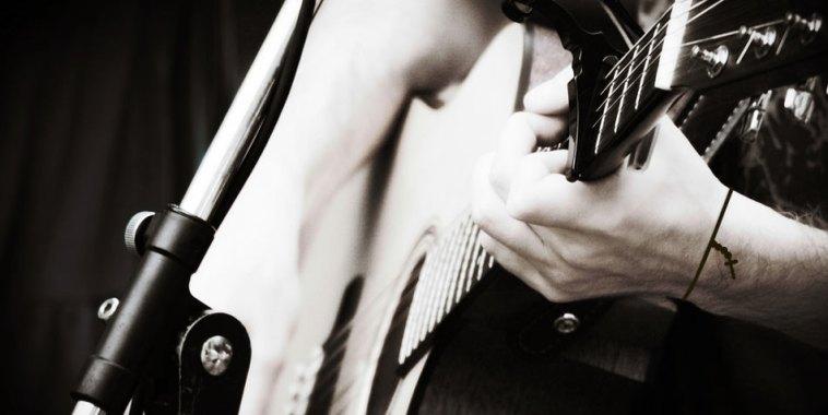 Christian Music Italia Songwriter con chitarra e croce