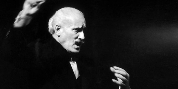 Arturo Toscanini mentre dirige