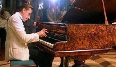 Pianista sull'oceano: suonare uno strumento musicale