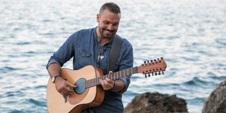 Andrea Gioè cantautore con chitarra