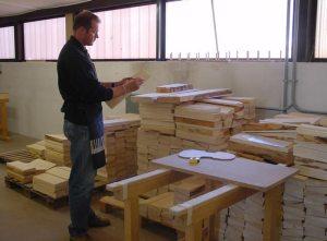 Fabio Ognibeni mentre sta selezionando un pezzo di legno per trasformarlo in tavola armonica