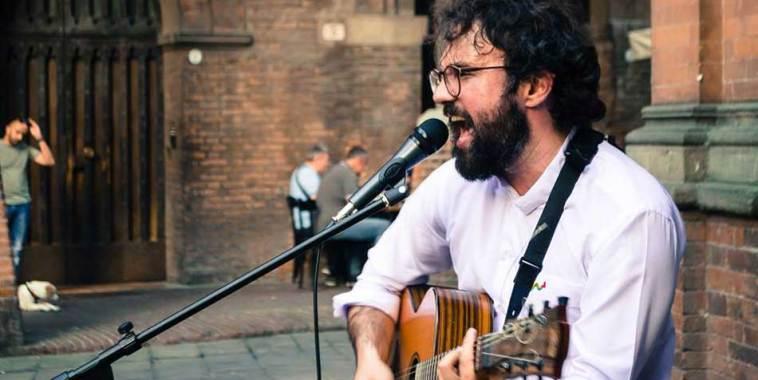 Romastino, cantautore - con chitarra