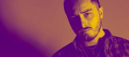 Marck Ilary il cantautore su un fondo sfumato a tinte violetta