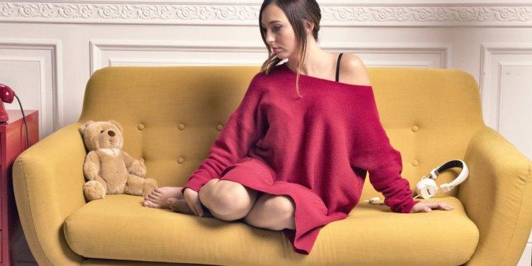 Stephanie, seduta su divano