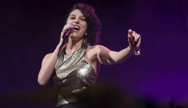 Caterina Comeglio con microfono mentre canta