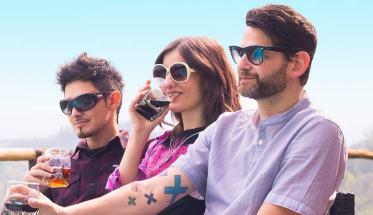 I tre membri della Dade City Days band mentre bevono aperitivo sulla spiaggia