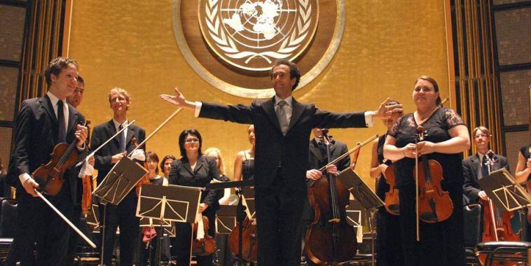 Damiano Giuranna con la World Youth Orchestra alle spalle