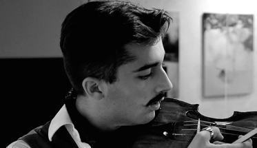 In primo piano Raffaello Basiglio con il violino