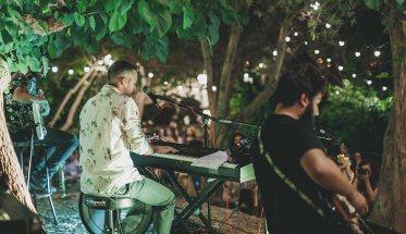 i VeiveCura di spalle mentre suonano in un giardino