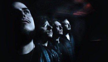 The Revers band in penombra su fondo nero