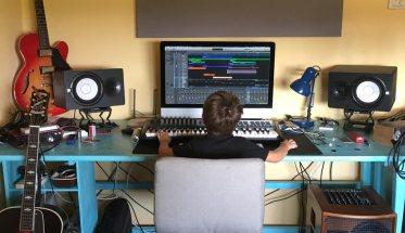 un bambino al computer in studio di registrazione