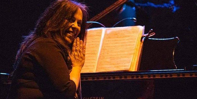 Ersilia Dolci al pianoforte che ringrazia