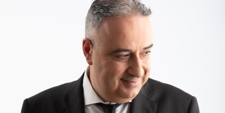Danilo Mariani in giacca e cravatta