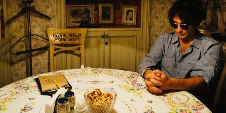 """Andrea Romano """"Il fratello"""" seduto a tavola"""