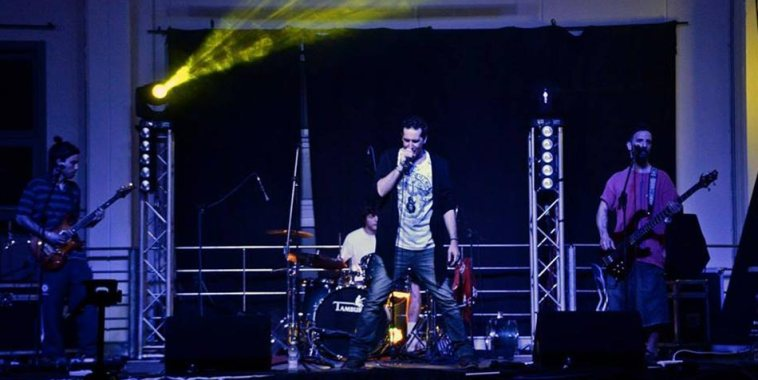 La band Daimon D. mentre suona dal vivo