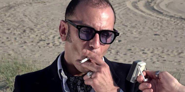 Marco De Annuntiis mentre fuma una sigaretta
