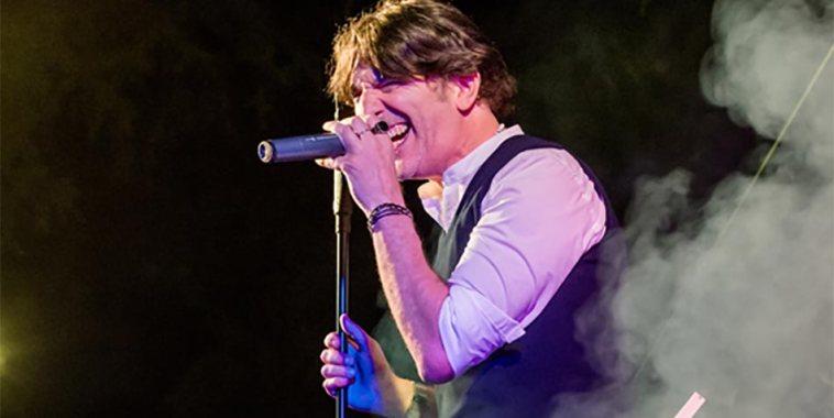 Il cantautore Vittorio Pengue mentre canta dal vivo