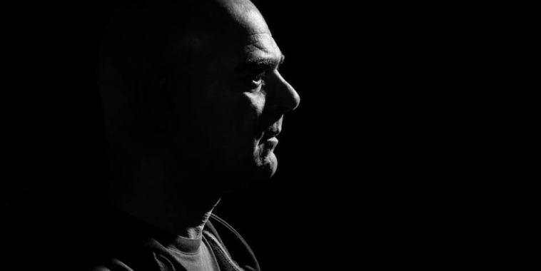EMMEFFE Marco Fantin, di profilo su fondo nero e in controluce