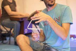 Un suonatore di Triangolo, percussioni con segni