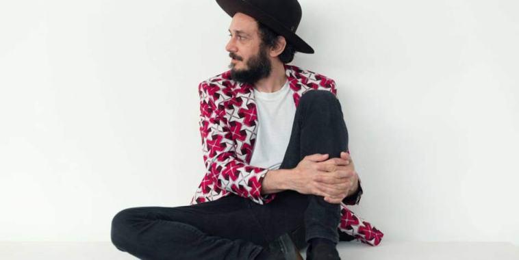 Vincenzo Fasano seduto per terra con un cappello nero in testa