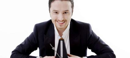 Il tenore Matteo Macchioni con un metronomo tra le mani