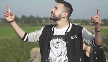 Il cantautore Ruggero Ricci con le braccia aperte