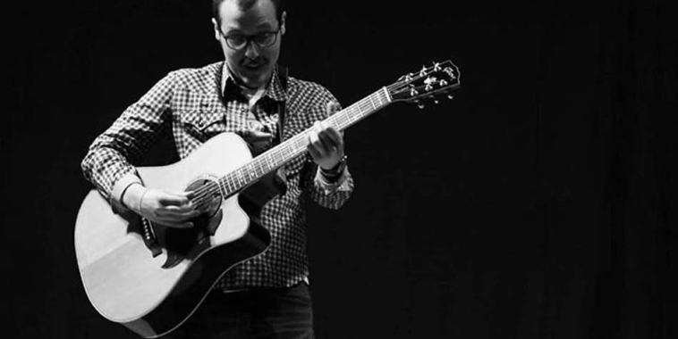 Il cantautore FULVIO con la chitarra