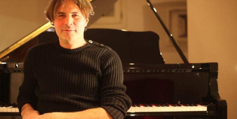 Stefano Rachini seduto davanti ad un pianoforte