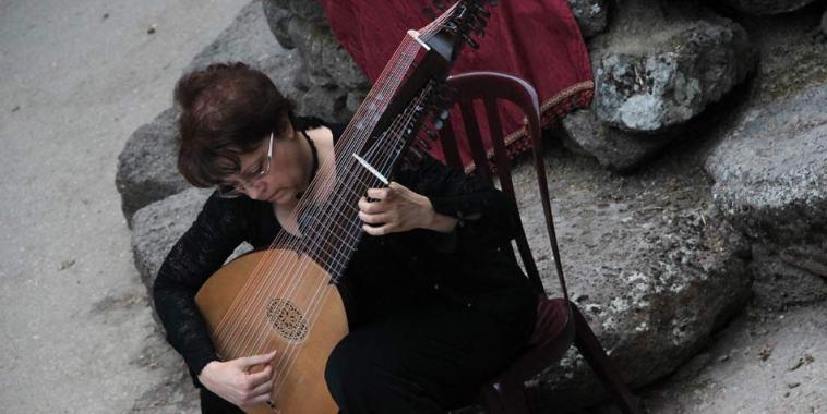 La liutista Gabriella Perugini mentre sta suonando