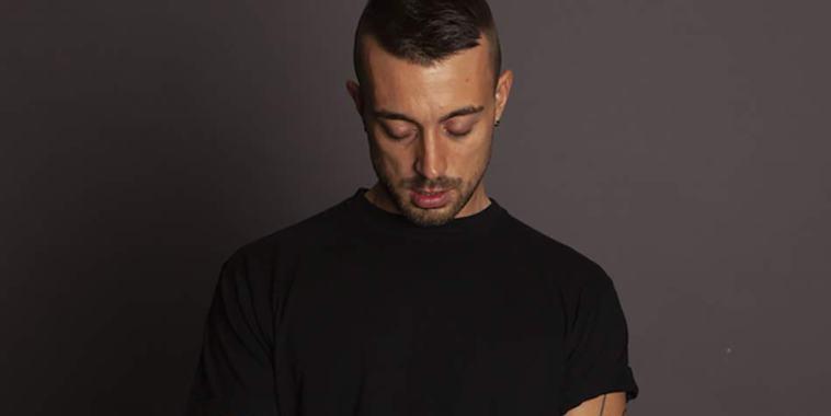 Il cantautore Mattia von una maglia nera a maniche corte