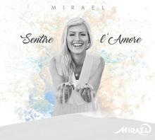 Mirael nella copertina del disco Sentire l'Amore con della sabbia tra le mani